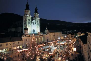 In Brixen bildet der Dom die barocke Kulisse des stimmungsvollen Christkindlmarktes.