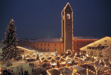 Der Zwölferturm ist das Wahrzeichen der Stadt Sterzing und Mittelpunkt des weihnachtlichen Christkindlmarktes, der bis zum Dreikönigstag fortgesetzt wird.