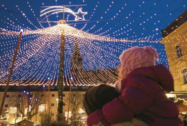 Das lange Warten auf Weihnachten verkürzen sich die BruneckerInnen mit einem besinnlich verträumten Weihnachtsmarkt im Stadtzentrum.