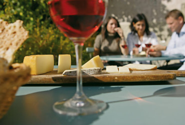 """Zum Abschluss ein """"Kasbrettl"""" mit lokalen Käsesorten aus kleinen Bergsennereien dazu ein Glas Rotwein und etwas Sonne."""