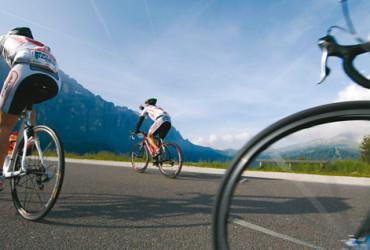Mit seinen zahlreichen Pässen und Bergstraßen ist Südtirol ein Eldorado für passionierte Radrennfahrer.